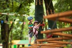 Kind in einem Abenteuerspielplatz Stockfoto