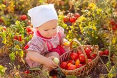 Kind in einem Garten Lizenzfreie Stockfotos