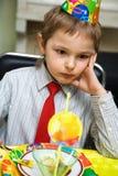 Kind an einem Geburtstag lizenzfreie stockfotos