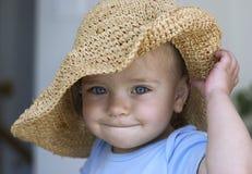 Kind in einem großen Hut Stockbild