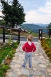 Kind in einem Höhenkurort an einem regnerischen Tag Lizenzfreie Stockbilder