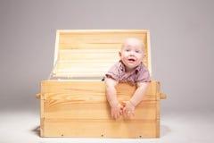Kind in einem hölzernen Kasten Stockbild