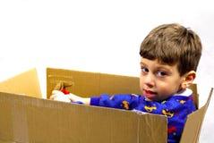 Kind in einem Kasten lizenzfreies stockbild