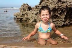 Kind in einem Pool lizenzfreie stockfotos