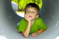 Kind in einem Rohr Lizenzfreie Stockfotografie
