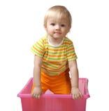 Kind in einem rosafarbenen Kasten Stockfotografie