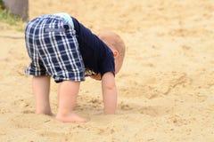 Kind in einem Sandkasten Lizenzfreies Stockbild