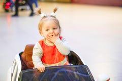 Kind in einem Spielzeugauto lizenzfreies stockfoto