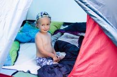 Kind in einem Zelt Stockfotografie