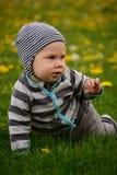 Kind in einer gestreiften Strickjacke Stockfoto