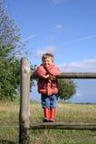 Kind in einer landwirtschaftlichen Landschaft stockbild