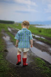 Kind in einer Pfütze Lizenzfreies Stockbild