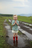 Kind in einer Pfütze stockfotografie