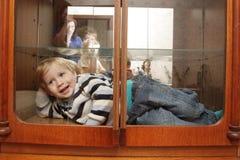 Kind in eingebautem Wandschrank Lizenzfreies Stockfoto