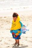 Kind eingewickelt im Tuch Stockbild