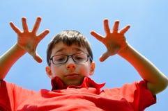 Kind en blauwe hemel Stock Fotografie