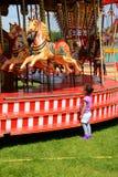 Kind en carrousel Stock Foto