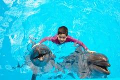 Kind en dolfijnen royalty-vrije stock afbeelding