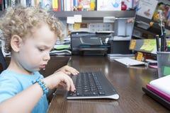 Kind en een toetsenbord Stock Foto's