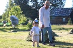 Kind en grootvader geoogst hooi Royalty-vrije Stock Fotografie
