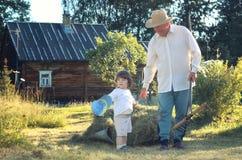 Kind en grootvader landelijk gebied Stock Afbeeldingen