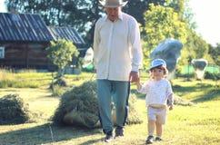 Kind en grootvader landelijk gebied Stock Fotografie