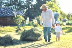 Kind en grootvader landelijk gebied Stock Foto's