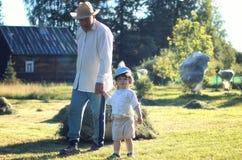 Kind en grootvader landelijk gebied Royalty-vrije Stock Foto's