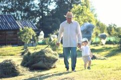 Kind en grootvader landelijk gebied Royalty-vrije Stock Afbeeldingen