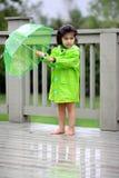Kind en haar regentoestellen royalty-vrije stock foto