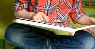 Kind en het boek Royalty-vrije Stock Afbeeldingen