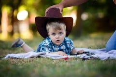 Kind en hoed royalty-vrije stock fotografie