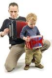 Kind en jonge mens die de harmonika spelen royalty-vrije stock foto