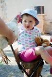 Kind en kip Stock Foto's