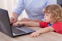 Kind en laptop royalty-vrije stock fotografie