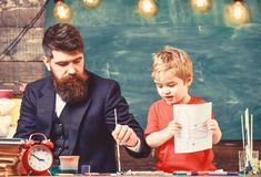 Kind en leraar die op bezige gezichten, het trekken schilderen Het concept van de tekeningsles Leraar met binnen baard, vader en  royalty-vrije stock afbeeldingen