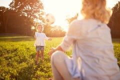 Kind en moederspel met bal Royalty-vrije Stock Afbeeldingen