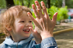 Kind en mum onbezorgd spel royalty-vrije stock foto