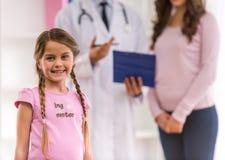 Kind en pediater stock afbeeldingen