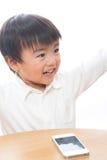 Kind en slimme telefoon Royalty-vrije Stock Afbeeldingen