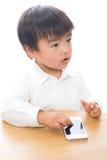 Kind en slimme telefoon Stock Foto's