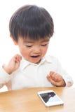 Kind en slimme telefoon Stock Afbeeldingen