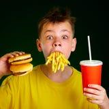 Kind en snel voedsel. Stock Foto's