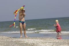 Kind en vader aan de overzeese kant Stock Fotografie