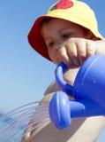 Kind en water geven-pot Stock Afbeeldingen