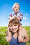 Kind en zijn moeder Stock Afbeeldingen