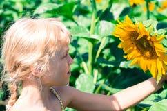 Kind en zonnebloem Stock Foto's