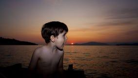 Kind en zonsondergang royalty-vrije stock afbeelding