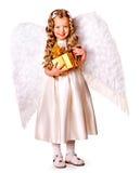 Kind am Engelskostüm, das Geschenkbox hält. Stockbild