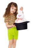 Kind erhält Kaninchen aus Hut wie Magier heraus stockfoto